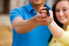 Construcción: El par lleva a cabo hacia fuera llaves de la casa Foto de archivo libre de regalías