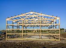 Construcción en barrios residenciales periféricos, los E.E.U.U. del garaje Madera, sistema de madera del braguero del tejado Edif Imágenes de archivo libres de regalías