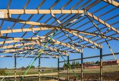 Construcción en barrios residenciales periféricos, los E.E.U.U. del garaje primer Opinión del tejado Madera, sistema de madera de Fotos de archivo