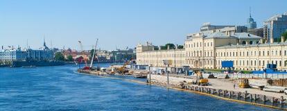 Construcción en el muelle del río Neva Imágenes de archivo libres de regalías