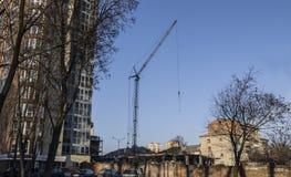 Construcción en la ciudad la grúa funciona en un emplazamiento de la obra fotos de archivo libres de regalías