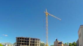 Construcción en la construcción del edificio usando grúa Revestimientos del tiempo almacen de video