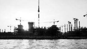 Construcción en la opinión del río Fotos de archivo libres de regalías