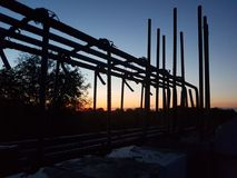 Construcción en puesta del sol Fotos de archivo libres de regalías