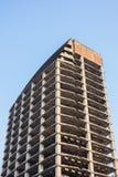 Construcción incompleta con el cielo azul Fotos de archivo