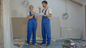 Construcción, ingeniero y arquitecto trabajando en el emplazamiento de la obra con el modelo almacen de metraje de vídeo