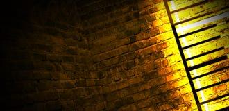 Construcción metálica rectangular iluminada por las lámparas de neón del LED Pared de ladrillo con la luz de neón imagen de archivo libre de regalías