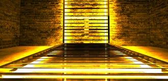 Construcción metálica rectangular iluminada por las lámparas de neón del LED Pared de ladrillo con la luz de neón fotografía de archivo