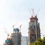 Construcción moderna Grúa que construye un nuevo rascacielos Fotografía de archivo libre de regalías