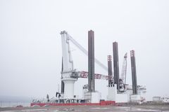 Construcción naval en nave grande de la construcción en el muelle del puerto con la alta grúa Foto de archivo libre de regalías