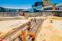 Construcción no identificada de los trabajadores de construcción nueva Imágenes de archivo libres de regalías