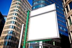 Construcción publicitaria en blanco grande Imagenes de archivo