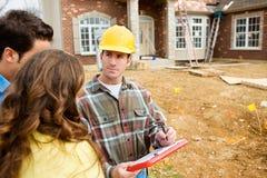 Construcción: Repaso de planes con los dueños de la casa fotos de archivo libres de regalías