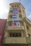 Construcción residencial yrban moderna con la bandera enorme, Caracas Fotografía de archivo