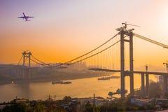 Construcción y avión de puente Fotos de archivo libres de regalías