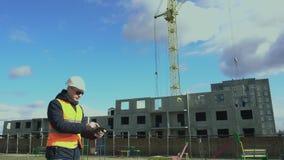 Construcci?n de edificios residenciales Ingeniero que trabaja en la tableta electrónica Mercado inmobiliario Constructor almacen de video