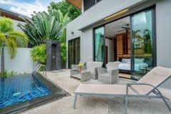Construcci?n del hogar o de viviendas exterior y dise?o interior que muestra el chalet tropical de la piscina con el jard?n verde fotografía de archivo