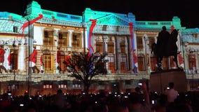 Construcci?n proyectando luces en la noche durante el festival ligero internacional de Bucarest del proyector almacen de video
