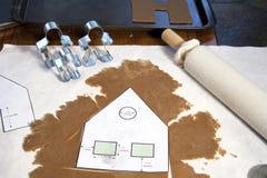 Construcción de una casa de pan de jengibre Imagen de archivo libre de regalías