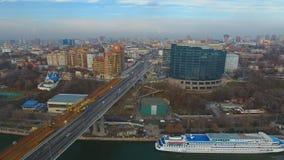 Construcción del puente a través del río metrajes