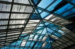 Construcción metálica abstracta del tejado con la ventana de cristal Fotografía de archivo libre de regalías