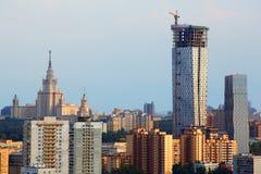 Construcción residencial de varios pisos moderna y MSU Imagen de archivo libre de regalías