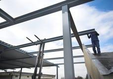 Construcción, trabajador y carretilla elevadora del metal Foto de archivo libre de regalías