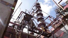 Construcciones complejas de la ingeniería en la refinería de petróleo Electric Power coloca Panorama del interior del calor ruso almacen de metraje de vídeo