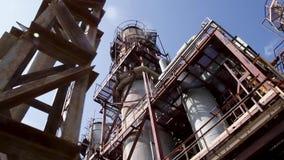 Construcciones complejas de la ingeniería en la refinería de petróleo Electric Power coloca Panorama del interior del calor ruso almacen de video