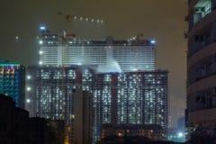 Construcciones de edificios en la noche imagen de archivo libre de regalías