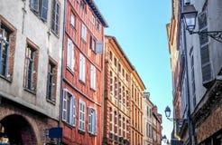 Construcciones de viviendas coloridas a lo largo de la calle de Toulouse imagen de archivo libre de regalías