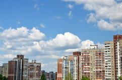 Construcciones de viviendas debajo del cielo azul Foto de archivo libre de regalías