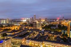 Construcciones de viviendas en Londres del este en la noche Foto de archivo