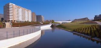 Construcciones de viviendas, lago del parque Foto de archivo