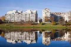 Construcciones de viviendas modernas de la orilla del lago en Varsovia Imágenes de archivo libres de regalías