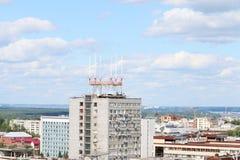 Construcciones de viviendas modernas en ciudad grande el día soleado Imagenes de archivo