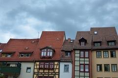 Construcciones de viviendas residenciales con los tejados tejados. Foto de archivo libre de regalías