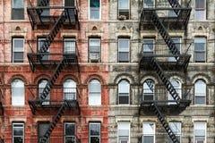 Construcciones de viviendas viejas del ladrillo en New York City Foto de archivo libre de regalías