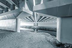 Construcciones debajo del puente Fotografía de archivo libre de regalías