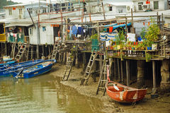 Construcciones metálicas oxidadas de pescadores con las barcas del pueblo pesquero  Imagenes de archivo
