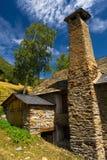 Construcciones típicas en los Pirineos. Fotografía de archivo