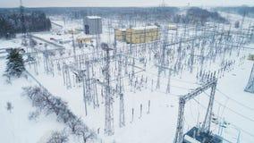 Construcciones y ayudas con los alambres eléctricos en la subestación de la distribución almacen de video