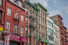 Construcciones y tiendas de viviendas en Chinatown, Manhattan Imagenes de archivo