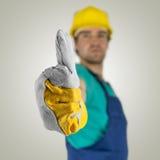 Construcion pracownik pokazuje aprobata znaka zdjęcia stock