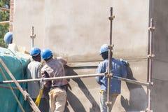 Construcitonarbeiders op plaats stock afbeelding