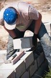 Constructeur étendant des pierres Images libres de droits