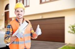 Constructeur beau faisant le pouce vers le haut du geste Photos libres de droits