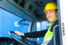 Constructeur conduisant avec le camion du chantier de construction images stock