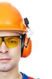 Constructeur dans le casque antichoc, les bouche-oreilles et les lunettes Photographie stock libre de droits