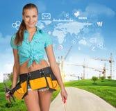 Constructeur dans le toolbelt Collines vertes, route, tour Photo libre de droits